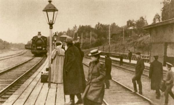 Толстой на железнодорожной станции. 1908 или 1909 год.