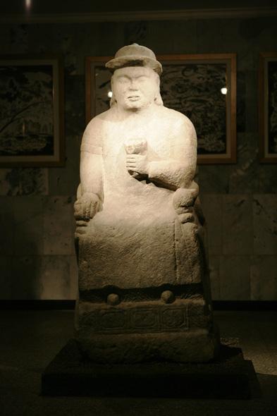 Статуя Чигисхана в Монгольском национальном историческом музее