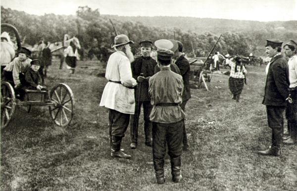 Толстой среди крестьян на ярмарке. Село Ломцы, Орловская губерния. 1909 год