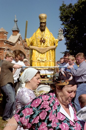 Ижеславль. Никола парит над толпой на руках богоносцев, народ начинает входить в экстаз. Фото Олега Давыдова