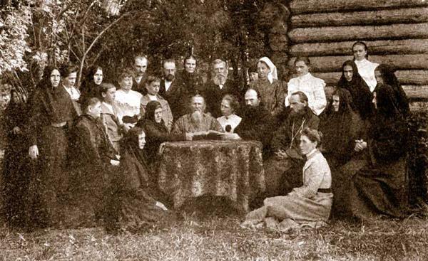 Отец Иоанн Кронштадтский читает Евангелие в саду обители Леушино