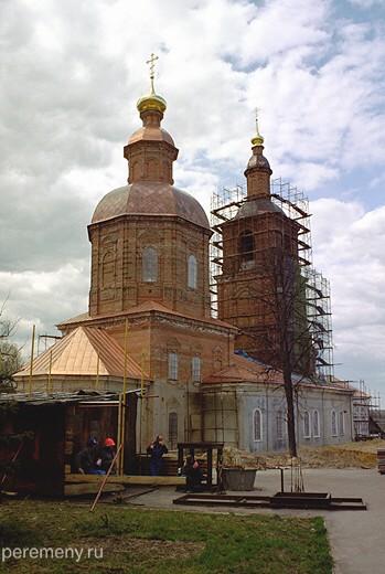 Дивеево. Стоящие стена к стене Казанская (на переднем плане) и Рождественская церкви. Фото Олега Давыдова