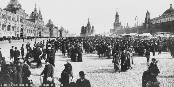 Гуляние москвичей на Красной площади в Вербное воскресение
