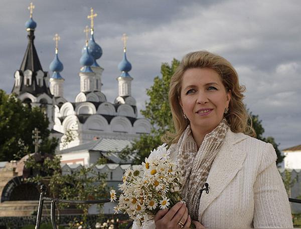 Светлана Медведева в Муроме с букетом ромашек