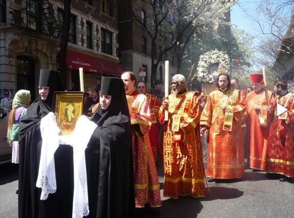 Крестный ход с Курской Коренной Богородицей в Нью-Йорке. Сама икона позади, украшена венком из белых цветов