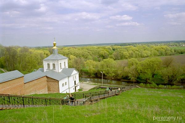 Церковь стоит на берегу Тускари, на том месте, где была обретена Курская Коренная Икона. Фото Олега Давыдова