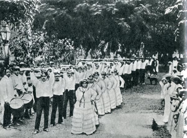 11. Какие же это дикари: мужчины упражняются с ружьями, женщины одеты в длинные мешковатые платья…