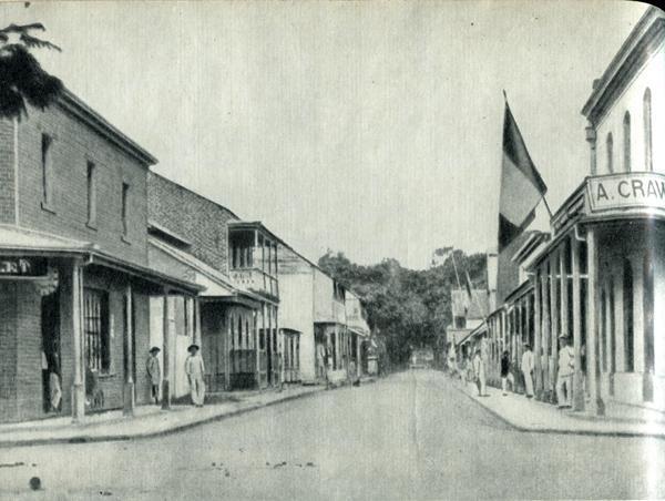 18.  В 1891 г. эта улица была торговым центром Папеэте. теперь она носит имя Поля Гогена. Магазин слева принадлежал его другу Состену Дролле. В следующем доме, с верандой, был ресторан, где Гоген завтракал и обедал.