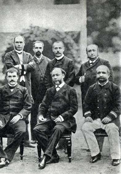 21. Губернатор Лакаскад (средний в первом ряду), которого Гоген обзывал «негром», в окружении своих подчиненных.
