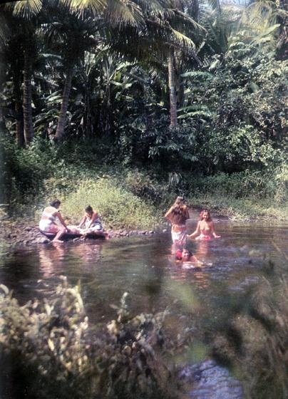 3. Теперь у таитянок нет времени часами плескаться в воде, как они это делали прежде. Но они каждое утро и вечер купаются в прозрачных и прохладных речках, сбегающих в море с гор внутри острова.