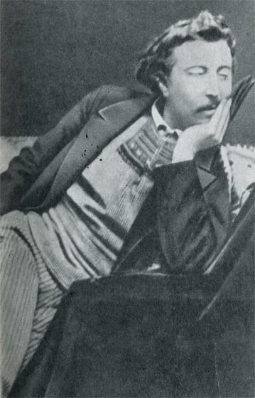 Гоген в характерной позе, между двумя важными периодами своей жизни. Он только что вернулся из Бретани (на нем рыбацкая куртка с бретонским узором), но уже мечтал о Южных морях зимой 1891 г., когда был сделан этот снимок в Париже.