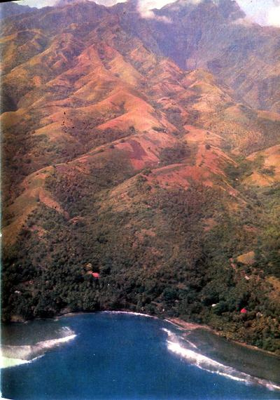 1. Таити — край, о котором Гоген мечтал и куда он попал в 1891 г., — как и всякие другие острова Южных морей, представляет собой разрушенную вершину круто вздымающегося со дна моря давно потухшего вулкана. Все население живет среди пальм в узкой прибрежной полосе. Богатая рыбой лагуна лишь отчасти прикрыта барьерным рифом.