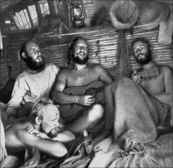 Автор книги Гоген в Полинезии, Бенгт Даниэльссон (сидит первый слева) - во время легендарного плавания на Кон-Тики с Тором Хейердалом, 1947 год. Говорят, Бенгт считал это плавание лучшим отпуском в своей жизни