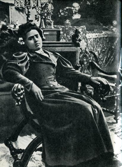 35. Когда Гоген вернулся на Таити, Анна успешно продолжала работать моделью в Париже. В частности, она позировала для Альфонса Мухи, который и сделал этот снимок примерно в 1898 г. Фотография любезно предоставлена Иржи Мухой, живущим в Праге.