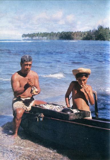 39.                     В широкой лагуне, прикрытой барьерным рифом, не только множество превосходной рыбы, но и всякие моллюски. Таитяне вскрывают раковины на берегу, а уже потом несут добычу домой.