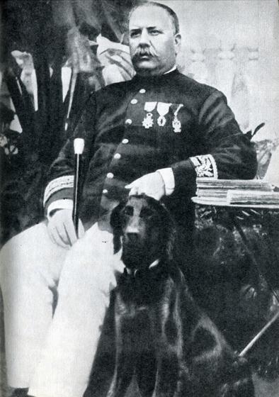 54.                       «Тучный робот с глупой рожей» — так Гоген характеризовал энергичного и напористого губернатора Гюстава Галле, который был его главным врагом и предметом нападок в 1898—1901 гг.