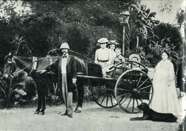 57.                      Импозантного крепыша Галле сменил на посту губернатора кроткий юрист Эдуард Пети, который обычно ходил в штатском и часто сам был кучером своего экипажа.