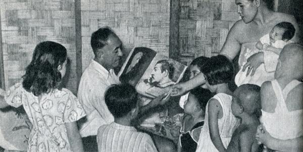76.                     Эмиль,  сын Пау'уры,  сфотографирован  в  возрасте около пятидесяти лет в своем доме на Таити вместе с женой и некоторыми из своих детей. В руках он дер¬жит альбом с автопортретом отца, который Гоген написал, когда ему тоже было пятьдесят лет.