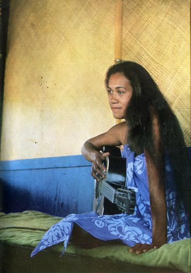 78.                     Как и в прошлом, жизнерадостность таитян и маркизцев находит свое выражение в танце, песни, музыке. Если сравнить с тем временем, когда Гоген веселился в своем «Веселом доме», изменилось лишь то, что гитара сменила гармонь как самый популярный инструмент.