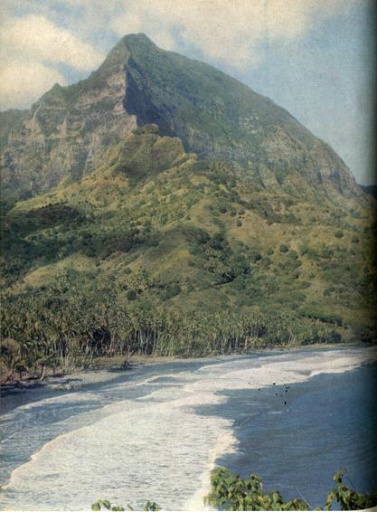 69.                     Тесная долина Атуона на острове Хиваоа (Маркизский архипелаг) снята здесь с мыса, куда обычно приходил по вечерам Гоген. Поселок и теперь, как в то время, совсем закрыт пальмами.