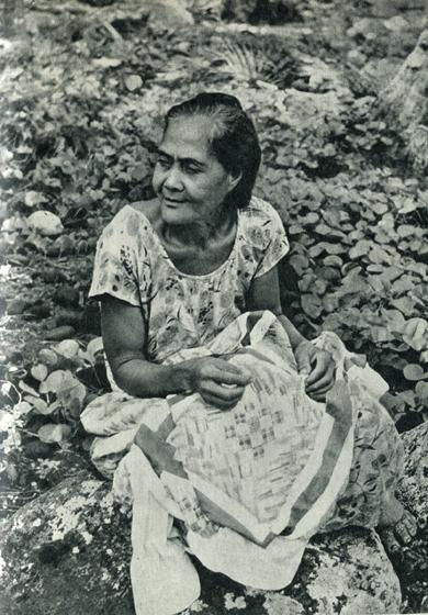 75.                   Дочь Гогена и Ваеохо, родившаяся 14 сентября 1902 г., ведет скромный образ жизни в глухой долине на Хи-ваоа. Если говорить об искусстве, то ее привлекают только лоскутные покрывала, которые ничем не выделяются среди покрывал, изготовляемых другими маркизянками.