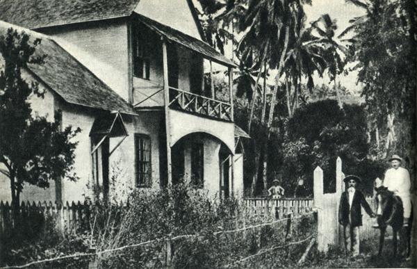 73.                     Соседи Гогена — американец Бен Варни (верхом) и плотник Тиока перед лавкой Варни.