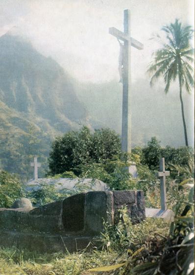 81.                    Долго могила Гогена была скрыта сорняками, много лет на ней лежала уродливая цементная плита. Недавно установлено более приглядное каменное надгробие. Его ближайший сосед по кладбищу — его злейший враг: с 1912 г. в земле около распятия покоится епископ Мартен.