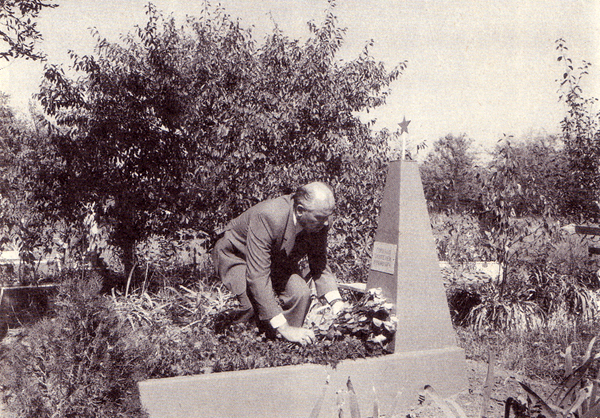Михаил Горбачев на могиле деда Пантелея
