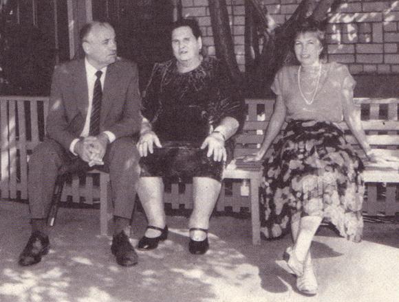 Михаил Горбачев с матерью и женой у дома родителей