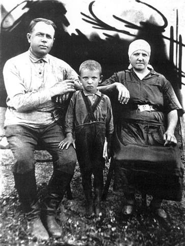 Миша Горбачев с дедом Пантелеем Ивановичем и бабушкой Василисой Лукьяновной