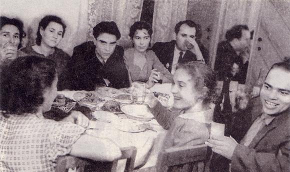 Комсомольская свадьба. Неизвестно точно, кто это женится, но Горбачев сидит в в дальнем правом углу стола, тянет что-то из стакана. А рядом Раиса