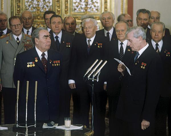 Здесь что-то вручают Брежневу (Суслов зачитывает бумагу). Горбачев на заднем плане между Громыко и Черненко