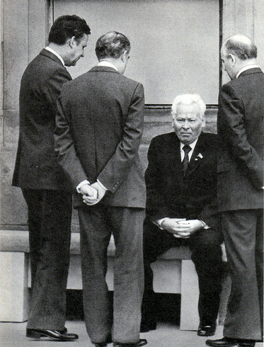 Больной Черненко. Слева стоит Рыжков, справа Горбачев