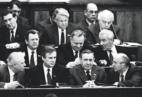 В нижнем ряду слева направо: Лигачев, Рыжков, Громыко, Горбачев