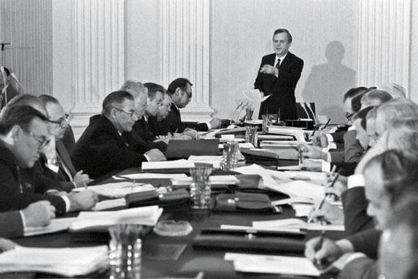 Николай Рыжков ведет заседание. Фото Бориса Кавашкина