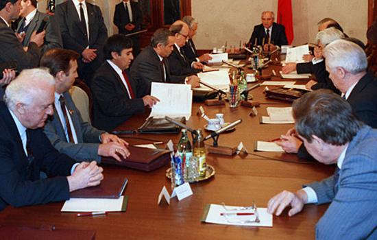Горбачев ведет заседание