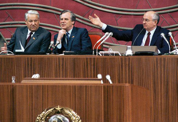 Справа налево: Горбачев, Рыжков, Ельцин. Фото: Юрий Лизунов и Владимир Мусаэльян