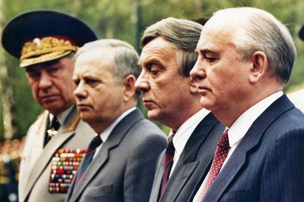 Горбачев, Янаев, неустановленное лицо, Язов у могилы Неизвестного солдата за несколько недель до путча