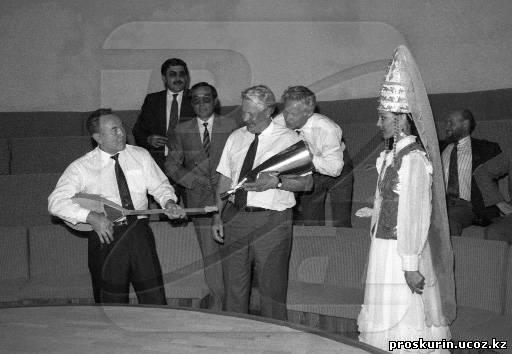 Назарбаев и Ельцин в Музее народных инструментов имени Ыхласа в Алма-Ате. Фото Владимира Прскурина