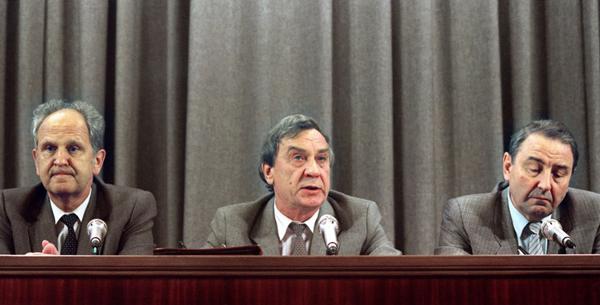Пресс-конференция членов ГКЧП. Слева направо: Борис Пуго, Геннадий Янаев и Олег Бакланов