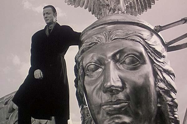 """Кадр из фильма Вима Вендерса """"Небеса над Берлином"""". В русском прокате фильм называют """"Небо над Берлином"""", но """"небеса"""" гораздо больше подобают истории про ангелов. Ангел стоит на плече статуи ангела"""