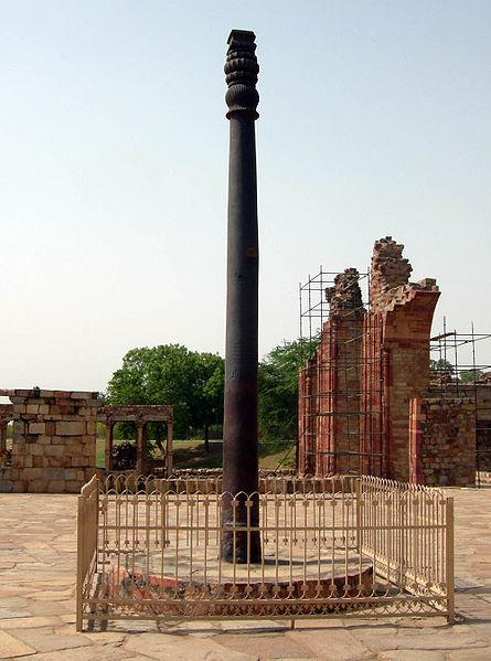 Артефакт: нержавеющая делийская колонна, самый древний образец постройки из химически чистого железа (притом, что изделия из такого железа научились делать только в 20 веке). Но это не неуместный артефакт.