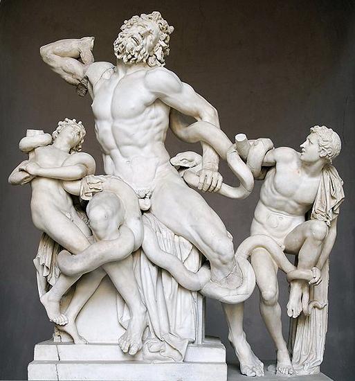 Прорицатель Лаокоон, во время Троянской войны предостерегавший сограждан не вводить Троянского коня в город и за это задушенный змеями, подосланными богами. Скульптурная группа работы родосских ваятелей Агесандра, Полидора и Афинодора, была в 1506 г. откопана в Риме, теперь находится в Ватикане, в музее Пия-Климента.