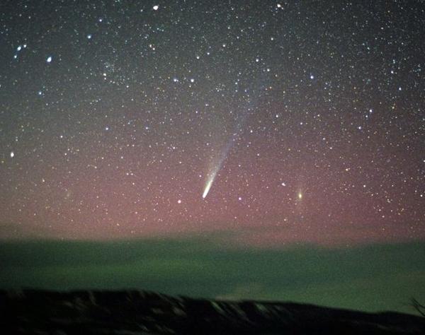 4 апреля 2002 года. Ikeya-Zhang: Comet Over Colorado. Credit & Copyright: Jimmy Westlake (Colorado Mountain College)