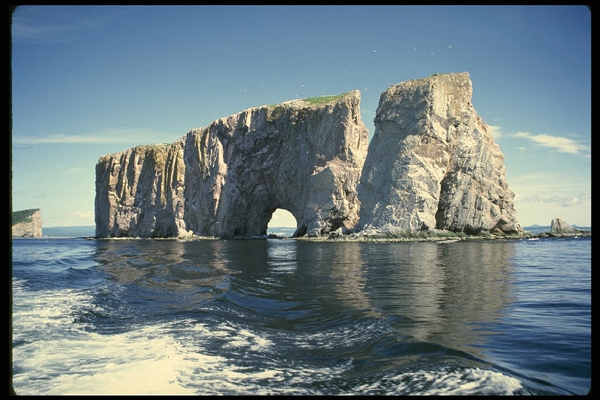 Известняковая скала в море