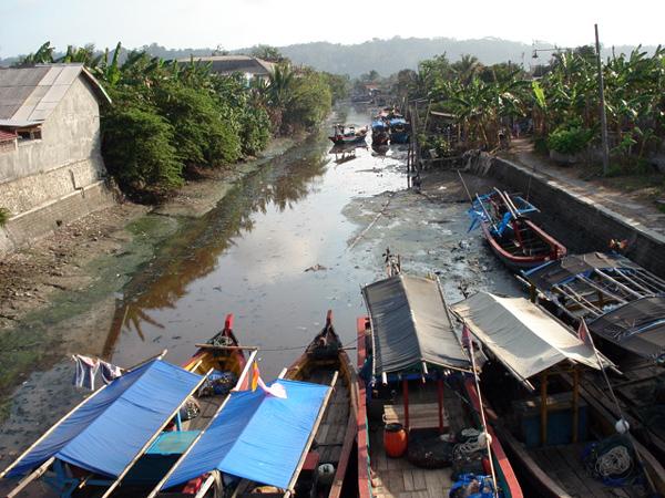 Загрязненная река в Индонезии