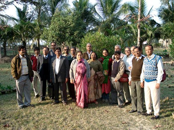 Коровья моча – лучшее лекарство от рака. Индия будет до конца драться со всемирной корпорацией РакПищеПром. В основном, все они – хинду, носители древней мудрости, идущей от трехтысячелетнего опыта проживания на богатейшей земле. Только что прошла конференция Ассоциации Биомедицинских Докторов Западной Бенгалии.