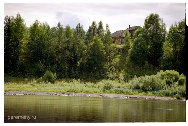 Одна из деревень близ Тотьмы, вид с Сухоны. Фото: Олег Давыдов