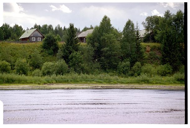 Одна из деревень, вид с Сухоны. Фото: Олег Давыдов