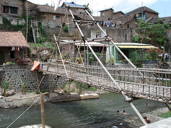 Джокьякарта, мост через реку с чистой водой